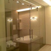 безрамное остекление ванной комнаты